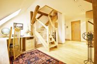 Flur mit Büroecke und Treppe zu den Mansarden - Bild 4: S25-Berlin: gemütliche Ferienwohnung in exponierter Lage am Rande Berlins